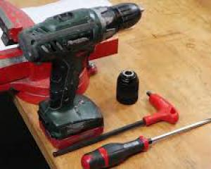 Remove and mounting drillchuck on a cordless drilling machine